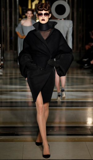 Gareth Pugh Fall 2016 Ready-to-wear - Black kimono jacket and banded neck piece